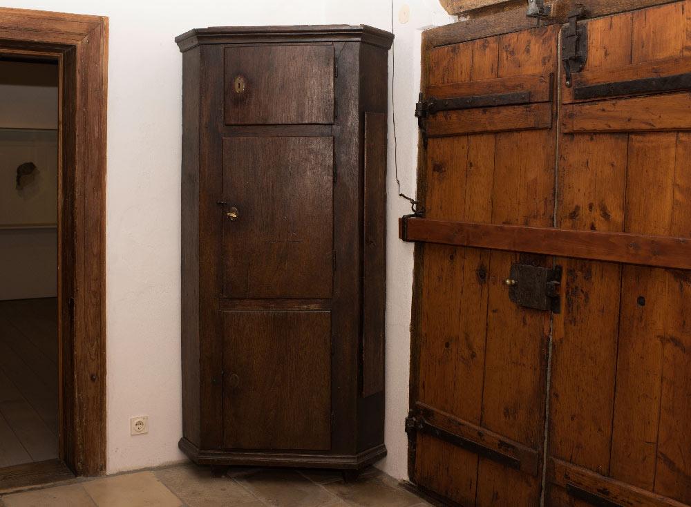 T18_heimatmuseum-eckschrank